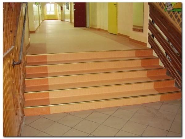 wykładzina pcv na schodach w szkole