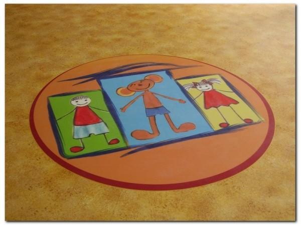 dzieci i plastuś na wykładzinie pcv