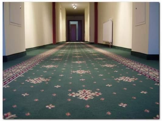 wykładzina dywanowa w korytarzu hotelowym