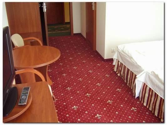 wykładzina dywanowa w pokoju hotelowym