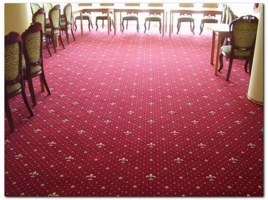 bordowa wykładzina dywanowa