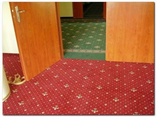 czerwona wykładzina dywanowa 4