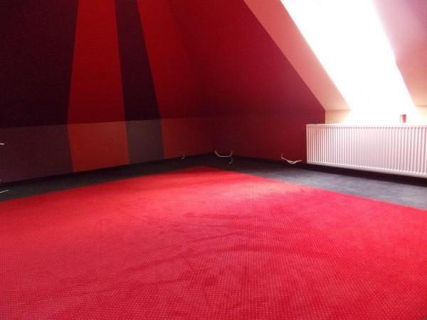 czerwona wykładzina dywanowa