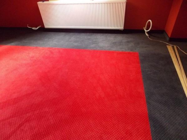 czerwono-szara wykładzina dywanowa 1