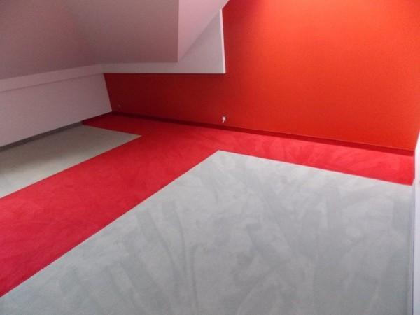 czerwono-szara wykładzina dywanowa