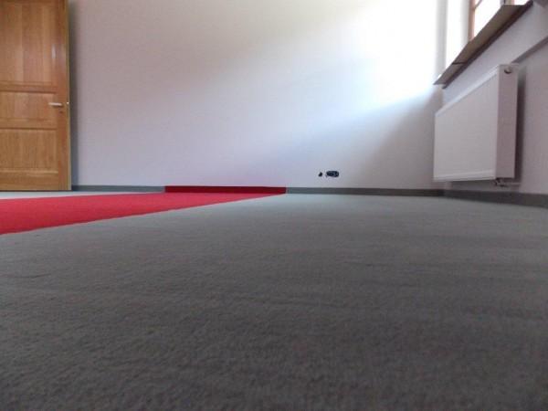 wykładzina dywanowa szaro-czerwona