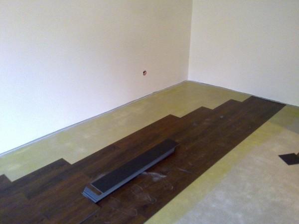 montaż ciemnej wykładziny podłogowej w mieszkaniu
