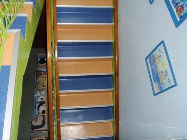 kolorowa wykładzina pcv na schodach 2