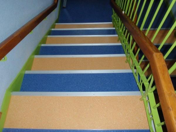 kolorowa wykładzina pcv na schodach